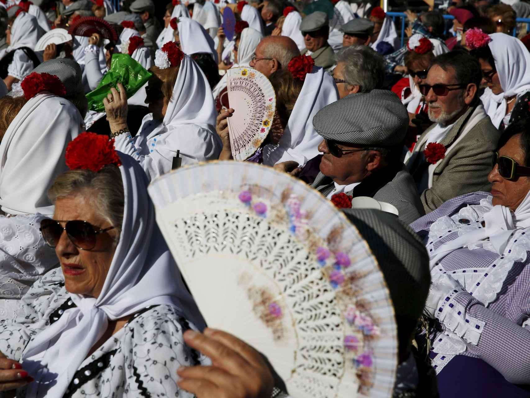 Chulapos y chulapas durante el pasado Día de la Almudena.