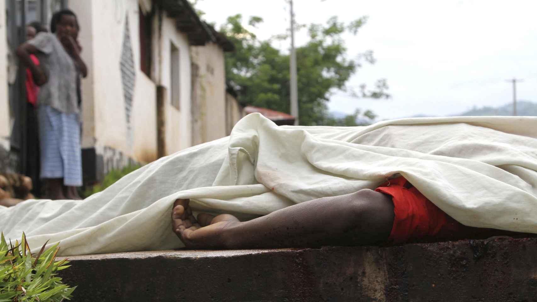 La violencia desatada en Buyumbura arrojó decenas de cadáveres a las calles.