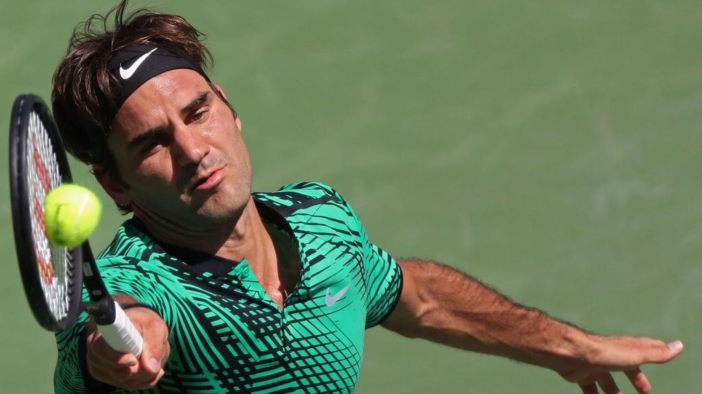 El suizo volea en la final de Indian Wells ante Wawrinka.